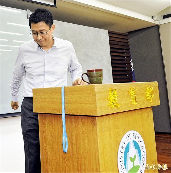 歷經四天來的論文掛名醜聞,教育部長蔣偉寧昨日請辭獲准,他在記者上說,會接受調查並爭取清白;連日的爭議讓他下台的身影略顯落寞。(記者陳志曲攝)