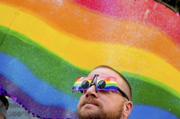 美國政府統計,美國約有2.3%的人是同性戀或異性戀。圖為美國MBA前職籃球員約翰‧盧卡斯(John Lucas)出席今年6月在加州舉行的同志驕傲節。(路透)