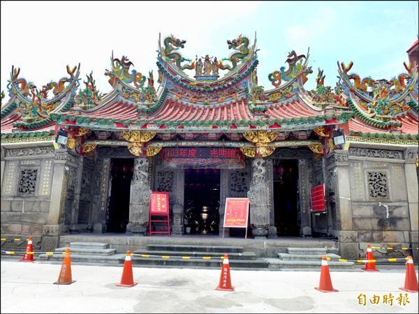 清水巖祖師廟位於淡水區清水街上,廟裡的裝飾許多是出自名家之手。(記者李雅雯攝)