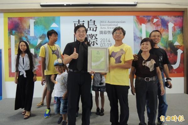 來自嘉義的藝術家林純用(右三)以「新香蘭海岸建築遺址考古發掘計畫」奪下南島國際美術獎首獎。(記者張存薇攝)