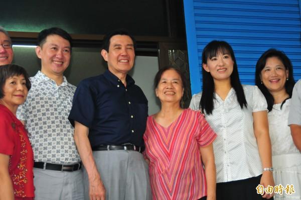 馬英九(右四)到花蓮第四度訪「王媽媽」江美華(右三),兒子王尚智(左二)感謝總統「和街坊鄰居一起照顧王媽媽」。(記者花孟璟攝)