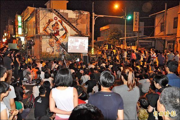 音樂會昨天晚間在張藥房原址舉辦,吸引200多人參與。(記者彭健禮攝)