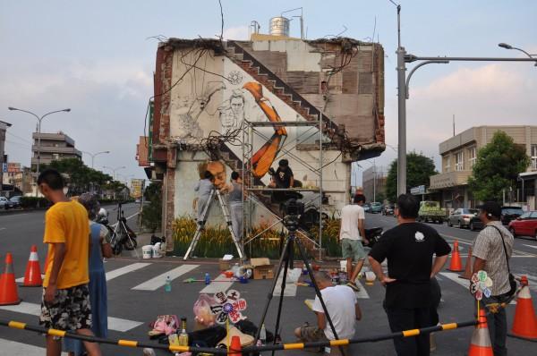 藝術家劉宗榮展開張藥房牆面彩繪創作,不少青年主動加入。(記者彭健禮攝)