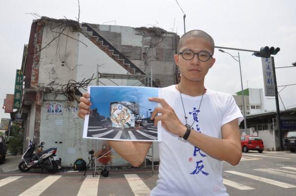 藝術家劉宗榮7月16日展開張藥房牆面彩繪創作,將畫上造成大埔事件的馬、吳、江、劉等「四大惡人」,及捧著國民黨黨徽的一雙上揚怪手手臂,暗諷協助執行暴政的警察。(記者彭健禮攝)