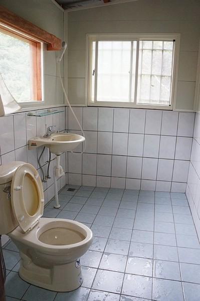 黃哲南建議應保持居家環境的明亮,地面不可濕滑,地上勿擺放太多雜物以免絆倒,浴室及廁所可加裝防滑裝置及扶手。(資料照,記者楊政郡攝)