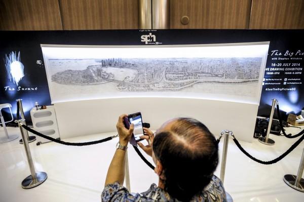英國建築藝術家威爾夏受新加坡邀請,替該國完成4. 1公尺的手繪全景圖。(歐新社)