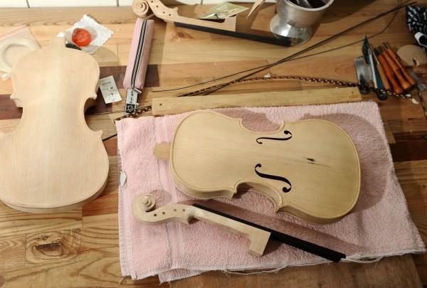 南投縣仁愛鄉親愛國小王子建老師教導小朋友製作小提琴。(資料照,記者王敏為攝)