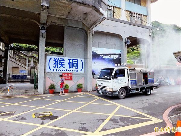 新北市動物防疫保護處在當地噴灑藥劑消毒。(記者林欣漢攝)