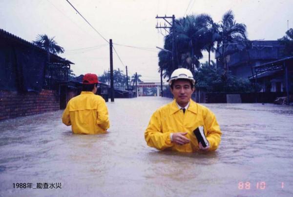 因中颱麥德姆來台,一張前宜蘭縣縣長、立法委員、中華民國法務部長陳定南水淹及腰的勘景水災照,再度引起網友討論、緬懷。(圖擷取自陳定南教育基金會臉書)