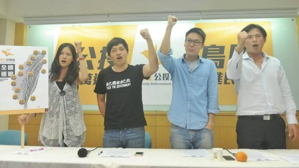 島國前進發起人黃國昌(右起)、林飛帆、陳為廷、林亮君等人舉行記者會表示,將於8月1日起,展開全國連署行動,要求立法院補正公投法。(記者廖振輝攝)