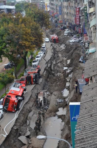 凱旋三路被炸毀,宛如一條斷層帶。(記者吳俊鋒攝)
