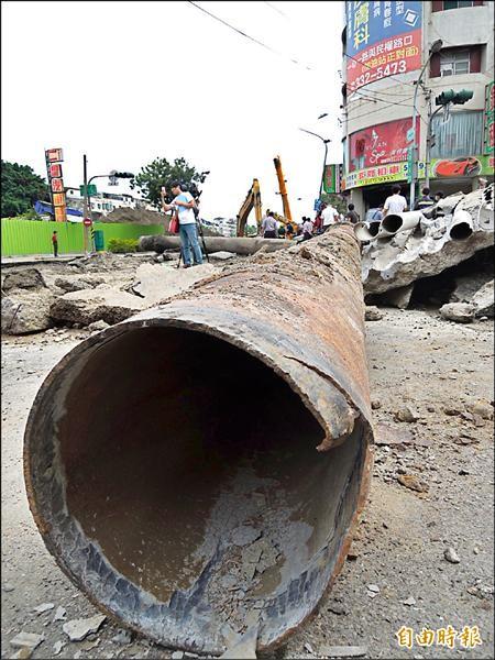 高市氣爆災區,有多條運送氣體的管線被炸斷,檢方正調查是否是運送丙烯的過程中肇禍。(記者蔡清華攝)