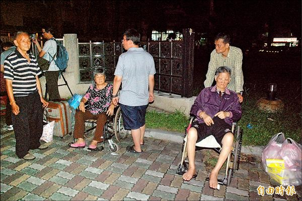 行動不便災民昨晚撤離緊急安置所。(記者方志賢攝)