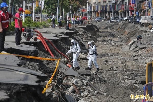高雄大氣爆後,位於二聖、凱旋的氣爆點已經封鎖,國軍在現場偵測是否有殘留氣體。 (記者張忠義攝)