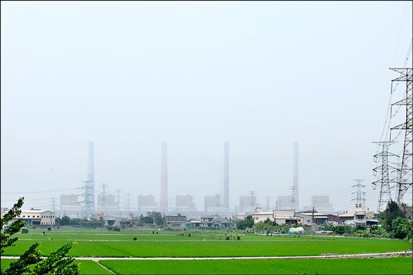 台中火力發電廠,五根煙囪經常隱沒在塵霾中看不清。(資料照)
