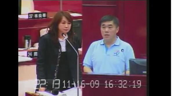 簡余晏當時質詢郝龍斌921募款剩餘款去處畫面。(圖片擷取自影片)