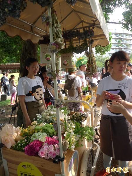 「2014台北街角遇見設計」在民生社區推出「三輪車行動花店」,轉角就能帶盆小花回家,轉換好心情。(記者游蓓茹攝)