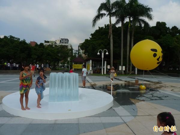 「2014台北街角遇見設計」的「夏蟲語冰」將在民生公園展出大型冰塊裝置,觀察參與的人、時、溫度變化交織的結果。(記者游蓓茹攝)