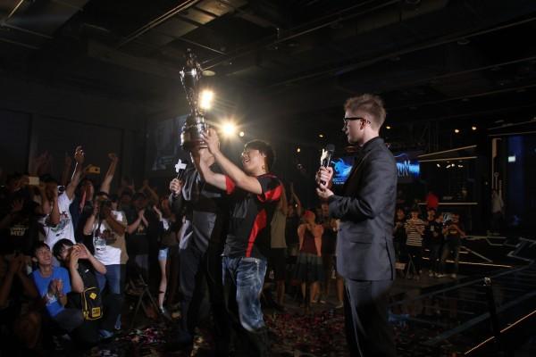 楊家正高舉冠軍獎盃,興奮表示,很高興可以把冠軍杯留在台灣,一旁粉絲不斷高喊Sen Sen Sen...(台灣電子競技聯盟TeSL提供)