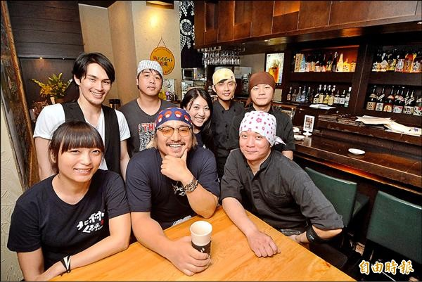 北村豐晴店裡的員工有來台灣打拚的日本人,也有來學日文的台灣人,成為一間十足日本味的台灣居酒屋。(記者廖振輝攝)
