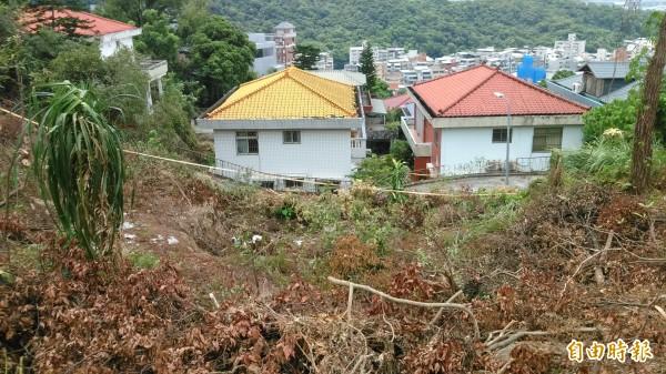 丹鳳山登山步道緊鄰民宅,一旦遇強降雨恐有土石滑落的危險。(記者陳彥鈞攝)