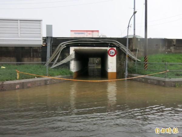 今日下午的超大午後雷陣雨,導致苗栗縣頭份鎮顯會路穿越中山高頭份交流道地下道積水,水深及腰。(記者鄭鴻達攝)