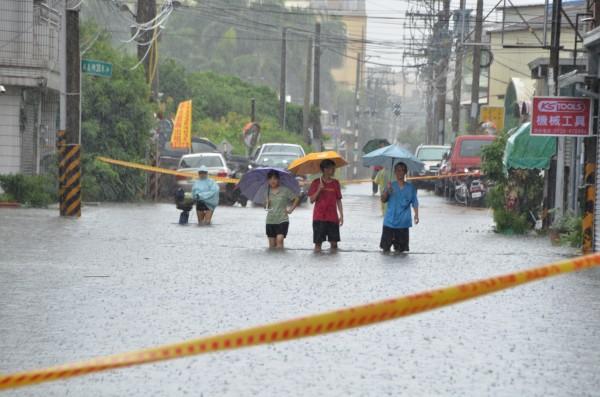 三爺溪暴漲,沿岸的仁德區太子里淹水。(記者吳俊鋒攝)