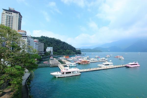 不少民眾到日月潭都會搭乘遊艇來欣賞美景。(資料照,記者李惠洲攝)