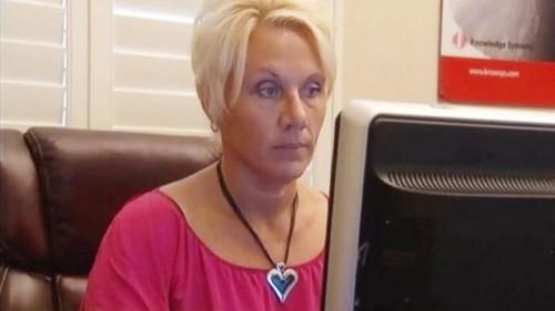 美國一名母親莎倫(Sharon Standifird)與軟體開發商共同研發出「Ignore No More」(不再忽略)APP,若不接爸媽的電話,孩子的手機會被鎖住。(取自網路)