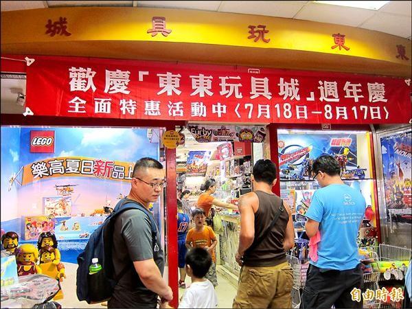 後站商圈老字號的「東東玩具城」,樂高一年營業額為全國之冠,在店門口就擺設樂高專屬櫥窗(圖左),吸引大小孩上門。(記者蔡亞樺攝)