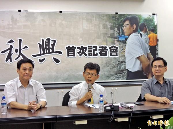 楊秋興(中)對高市處理氣爆過程提出批判。(記者王榮祥攝)