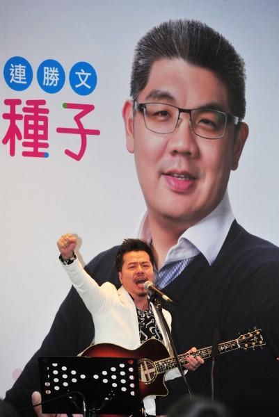 知名音樂人黃國倫為台北市長國民黨參選人連勝文創作競選歌曲「希望的種子」。但據了解,這不是黃國倫第一次為政治人物寫歌,只是過去他大多都是為綠營政治人物創作、站台,這次「換邊」創作。(記者簡榮豐攝)