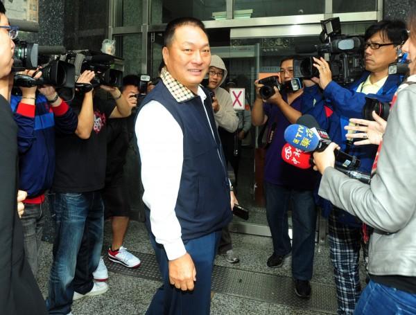 王令麟在去年11月入監服刑。圖為他向地檢署報到畫面。(資料照,記者王藝菘攝)