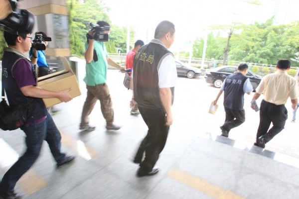調查局人員今天前往基隆市議會搜索。(記者盧賢秀攝)