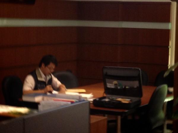 檢調人員在基隆市議會調閱資料。(記者盧賢秀攝)