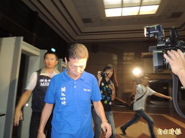 基隆市議員鄭怡信今天清晨五時被調查官帶回基隆地檢署,檢方依貪污治罪條例違背職務行賄與收賄罪嫌向法院聲請羈押。(記者林嘉東攝)