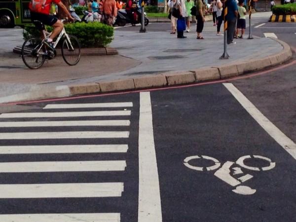 中華路一段、愛國西路口北側,自行車專用道與人行道高達十多公分的落差。(照片來源:李彥秀辦公室)