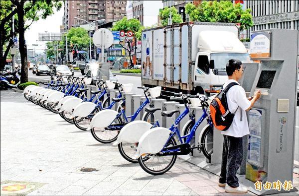 新北市板橋區現存的New Bike公共自行車租借系統,最快明年初全面更換為YouBike,讓民眾騎乘通行台北、新北市。(記者陳韋宗攝)