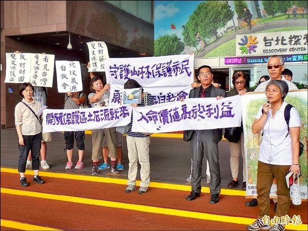 環保團體昨北市府及台北市都市計畫委員會拉布條,呼籲北市府不能變相啟動全市北護區變更。(記者郭安家攝)