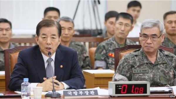 自尹姓士兵被軍中長官被虐致死一案後,朴槿惠要求徹查軍中文化,並著手改善,左方為南韓國防部長韓民求向大眾致歉。(圖片擷取自BBC)