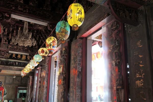 150盞花燈吊掛在慈和宮供民眾參觀,預計從23日起開幕。(記者蔡政珉攝)