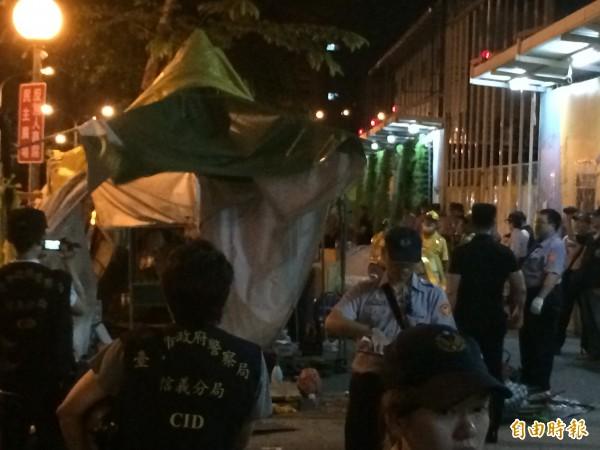 松菸護樹聯盟,在光復南路人行道搭帳篷,轄區警方今天凌晨動員大批警力夜襲,半小時內拆除一空。(記者邱俊福攝)