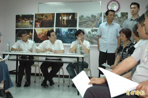 總統馬英九(左二)今上午南下與高雄氣爆罹難者家屬及受災戶代表對話。(記者方志賢攝)