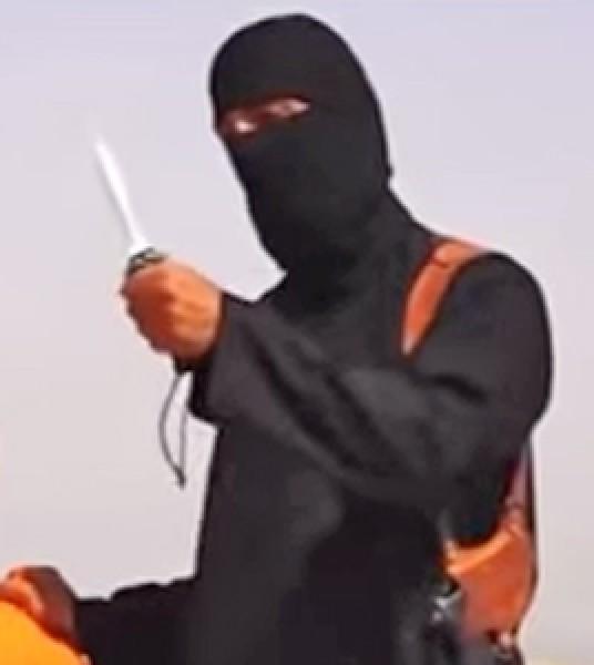 影片中操著流利英國腔英語的蒙面者,就是斬首殺美記者的劊子手。(圖擷取自YouTube)