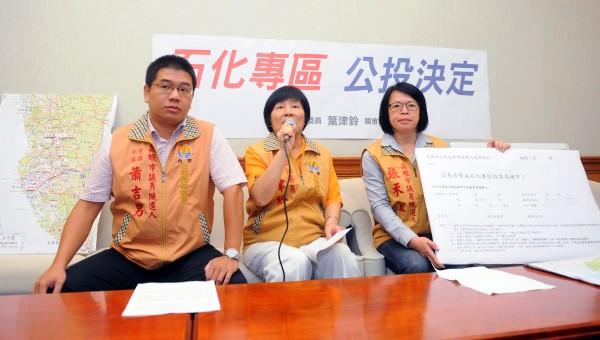 立委葉津鈴(中)與高雄市議員餐人蕭吉男(左)及張禾宜(右)22日一起召開記者會,要求石化專區的設置要交由高雄市民公投決定。(記者王敏為攝)