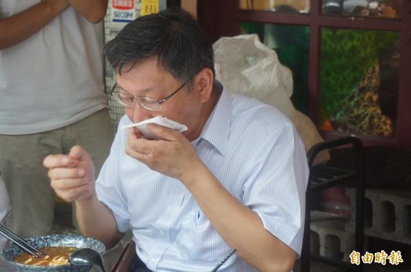 無黨籍台北市長柯文哲今下午又化身「野生柯P」,在捷運大安站附近吃牛肉麵。(記者涂鉅旻攝)
