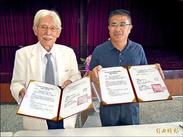 辜寬敏(左)和鹿港鎮長黃振彥(右)簽訂急難救助和助學金的合作備忘錄,為建構「幸福鹿港」向前邁進一大步。(記者張聰秋攝)