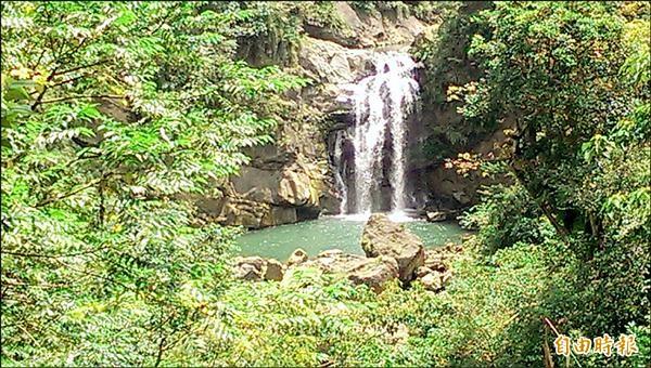 鹿谷鳳凰谷瀑布隱藏在山區,已故總統蔣經國取名「隱潭」。(記者謝介裕攝)