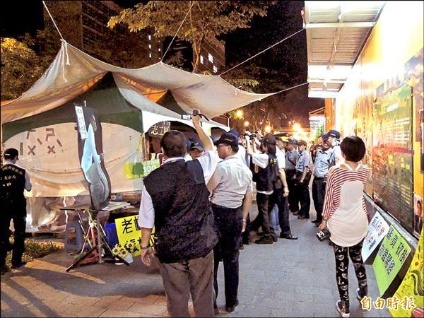 台北市警方凌晨兩點出動大批警力,拆除松菸護樹聯盟抗議遠雄蓋大巨蛋時砍樹移樹搭設的帳篷。(記者邱俊福攝)