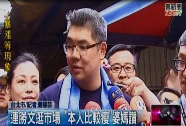 國民黨台北市長參選人連勝文,上午走路東湖的五分市場拜票。(圖擷取自壹電視)